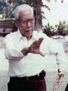 foto; TV Documentair China.  Deng Sifu was teaching (was in 82 years old)